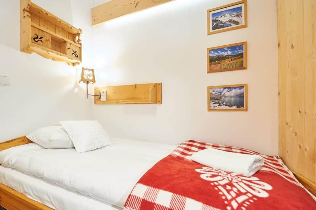 Dwuosobowy pokój w Zakopanem łóżko